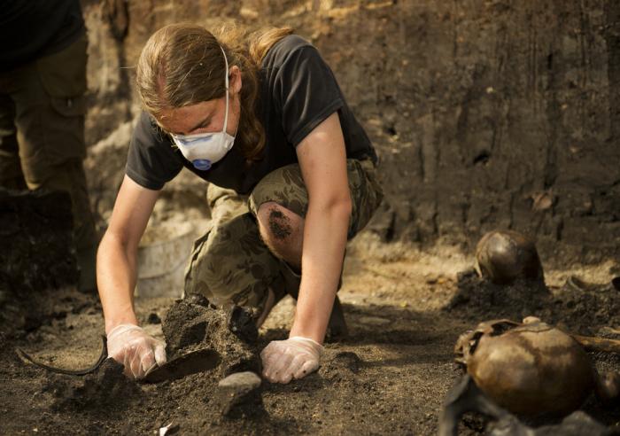 Археолог на раскопках в Алкен Энге.   Фото: alkenenge.dk.