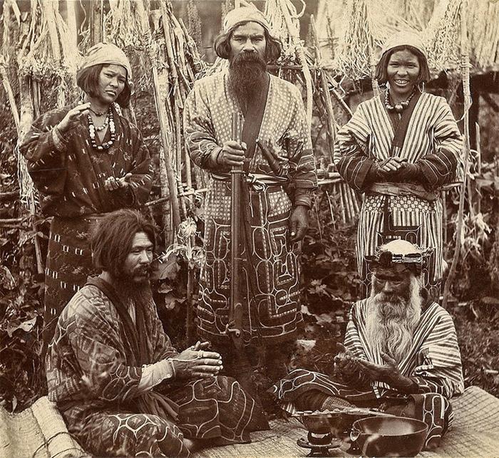 Вместе с воинами айну в японскую культуру пришли, возможно, кимоно.